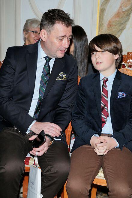 Jacek Rozenek z synem na salonach