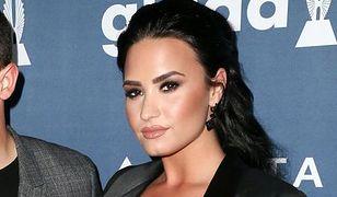 """""""Słoneczna Sonny"""": Demi Lovato zachwyciła oszałamiającym dekoltem"""