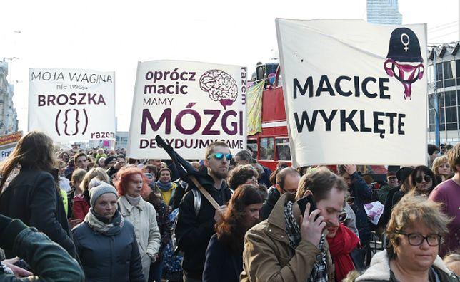 Uczestnicy XVIII Warszawskiej Manify, która przeszła ulicami Warszawy 5 marca 2017 r.