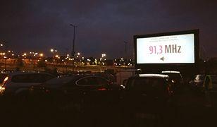 Kino samochodowe cieszy się coraz większą popularnością.