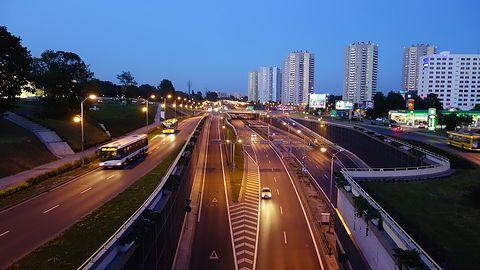 Obowiązkowe systemy w aucie – w czym wyręczą kierowcę?