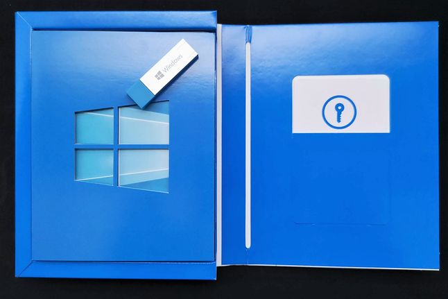 Pudełko z Windows 10 Home od środka – najważniejsze elementy to pendrive USB 3.0 z obrazem systemu i karta z kluczem licencyjnym, fot. Oskar Ziomek