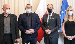 Adam Niedzielski odznaczył pracowników punktu szczepień przeciwko COVID-19 w Grodzisku Mazowieckim