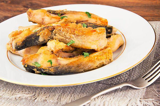 Karp to ryba, która kojarzy nam się głównie z kolacja wigilijną. Przepisy na karpia