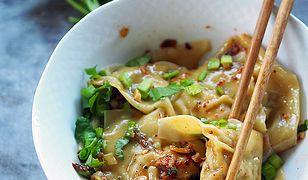 Chiński przysmak. Pierożki wonton w sosie chili