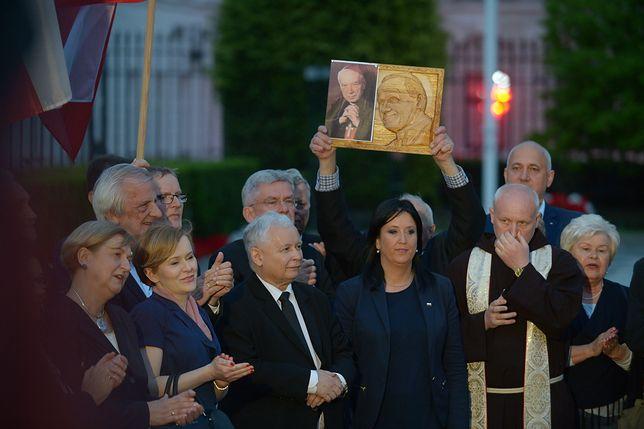 Na nagraniu z miesięcznicy internauci dostrzegli dziwne zachowanie Jarosława Kaczyńskiego