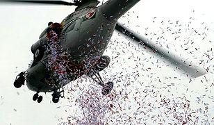 Z helikoptera zrzucano konfetti