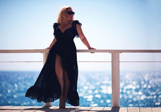 Panie z masywną sylwetką dobrze wyglądają w lekkich sukienkach maxi z rozcięciem