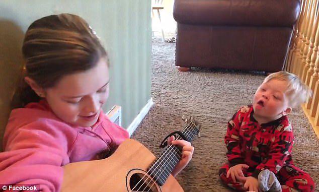 Siostra śpiewa braciszkowi z zespołem Downa. Tak go uczy
