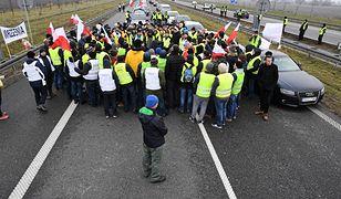 Rolnicy blokowali autostradę przez blisko dziesięć godzin.