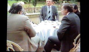 Telewizor z materiałami SB nakręconymi podczas spotkań władz PRL z opozycja w Magdalence w 1989 r.
