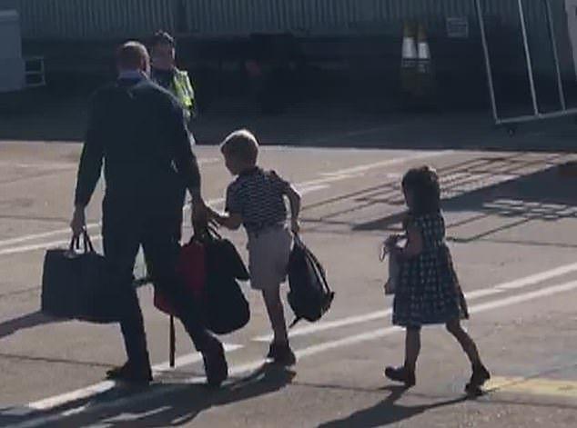 William na płycie lotniska z dziećmi.
