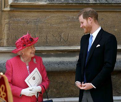 Królowa Elżbieta jest związana ze swoimi wnukami
