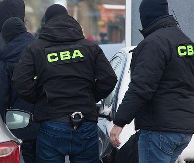 Warszawa. CBA zatrzymało trzech mężczyzn na gorącym uczynku.