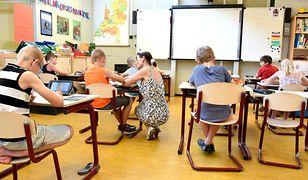 300 plus otrzymują jednorazowo wszystkie uczące się dzieci do 20. roku życia, poza studentami. Jest ich w Polsce 4,6 mln.