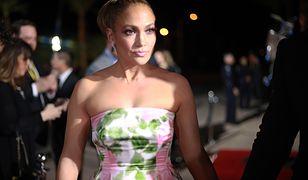Jennifer Lopez składa dzieciom życzenia. Pokazuje zdjęcie sprzed lat