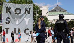"""Wybory 2020. Obywatele RP protestują przed Sejmem. Na Wiejskiej rozwinięto """"Konstytucję"""""""