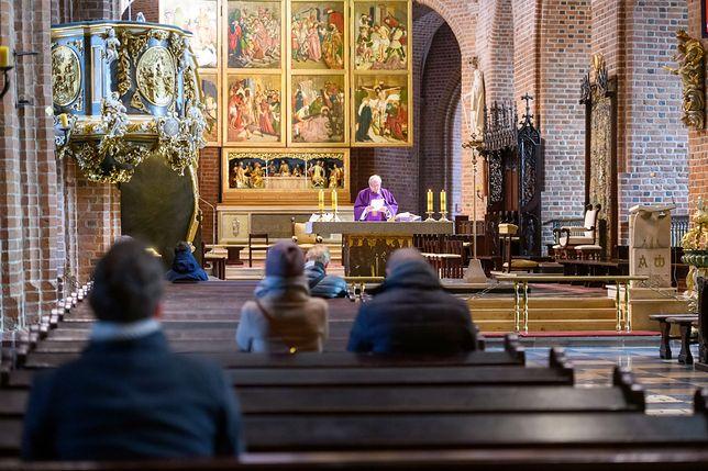 Koronawirus w Polsce. 23 osoby wzięły udział niedzielę w południowej mszy świętej w Bazylice Archikatedralnej w Poznaniu
