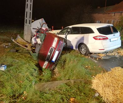 Wypadek samochodowy w Parzewie (fot. PSP Jarocin)