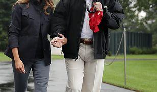 Donald Trump z parasolem, Melania bez