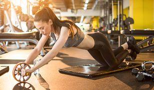 Treningi z kółkiem do ćwiczeń pomagają wzmocnić mięśnie głębokie.