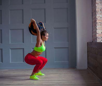Sandbag to sprzęt treningowy pozwalający na wykonywanie ćwiczeń angażujących większość partii mięśniowych.