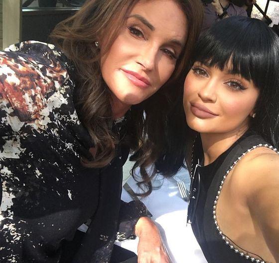 Caitlyn Jenner z najmłodszą córką, Kyllie Jenner, na urodzinowym lunchu
