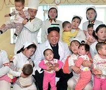 Kim Dzong Un pozuje z dziećmi