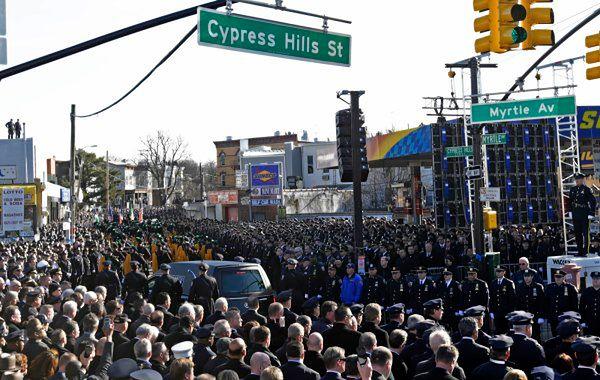 Pogrzeb zabitego policjanta w Nowy Jorku