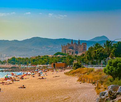 Plaża w mieście Palma de Mallorca robi wrażenie