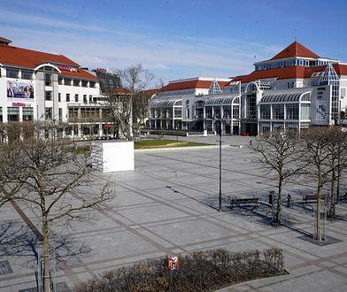 Zazwyczaj pełne turystów miasta są dziś puste. Na zdjęciu centrum Sopotu