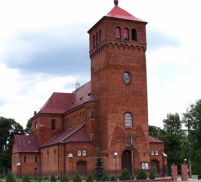 Ksiądz powiesił na kościele ogromny różaniec. Dostał za to dużą karę