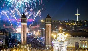 Podczas imprezy sylwestrowej w Barcelonie, na ulicach miasta są setki tysiące mieszkańców oraz turystów z różnych zakątków świata