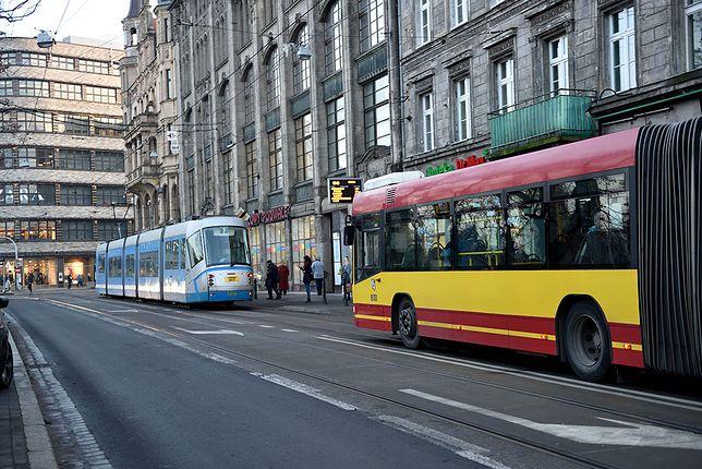Mieszkaniec Wrocławia ostrzega: uważajcie na niebezpieczne wlepki