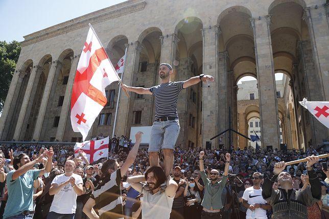 Protesty przeciwko paradzie równości w Gruzji. Polak dźgnięty nożem