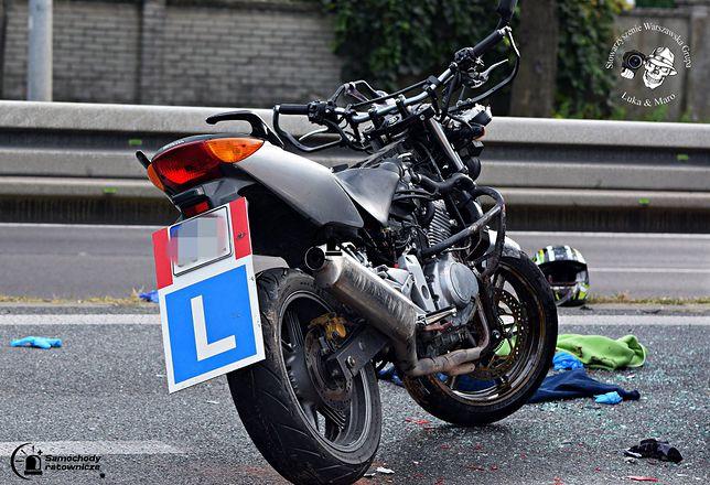 Motocyklem do nauki jazdy jechały dwie osoby