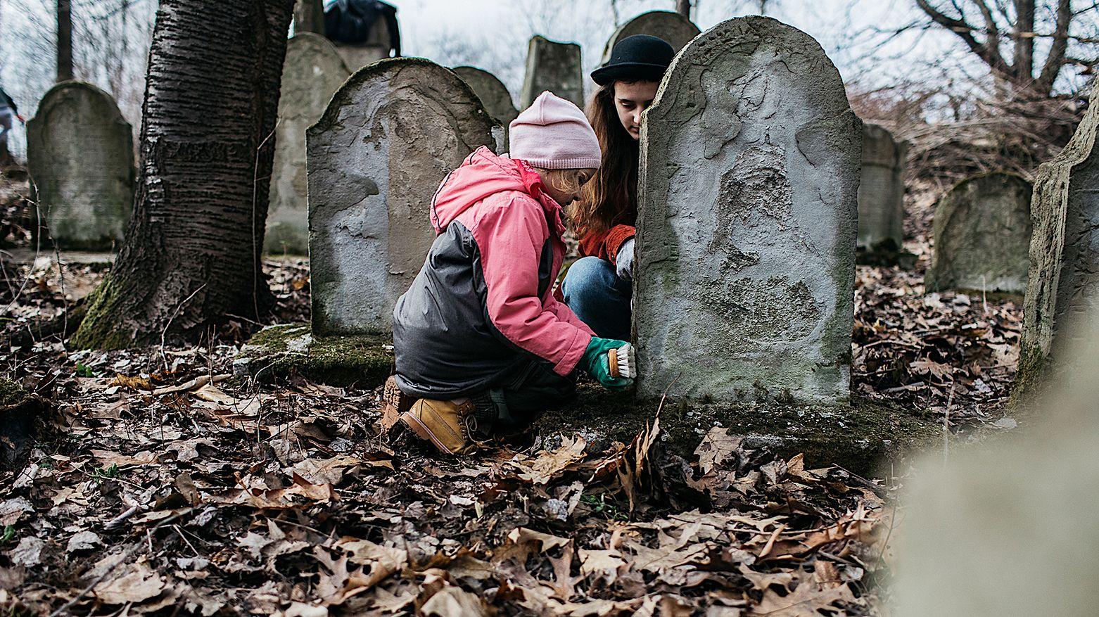 Grupa mieszkańców postanowiła, że posprząta żydowski cmentarz. Nekropolia była zaniedbana od lat