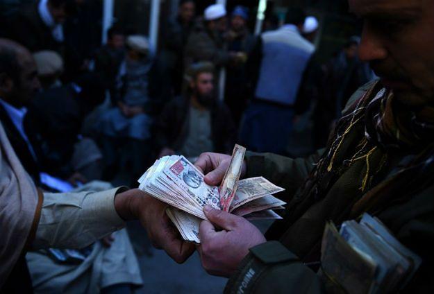 """Afgańscy """"cinkciarze"""" na targu w Kabulu"""
