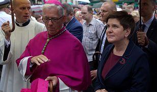 Abp Wiktor Skworc i premier Beata Szydło po mszy świętej przed Bazyliką NMP w Piekarach Śląskich.