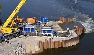 Warszawa. Po awarii oczyszczalni ścieków Czajka pompy na moście pontonowym nie działają na 100 proc., więc nieczystości wpadają do Wisły