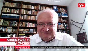 Koronawirus w Polsce. Prof. Krzysztof Simon o swojej... kolekcji pamiątkowych szabel