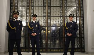 W 2016 opozycja blokowała mównicę sejmowa. W efekcie obrady przeniesiono do Sali Kolumnowej.