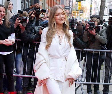 """Gigi Hadid arrive au magasin """"Stuart Weitzman"""" dans le quartier de Soho � New York, le 15 novembre 2017 Model Gigi Hadid is arriving at the store """"Stuart Weitzman"""" on Spring Street in Soho, New York, NY on November 15, 2017"""