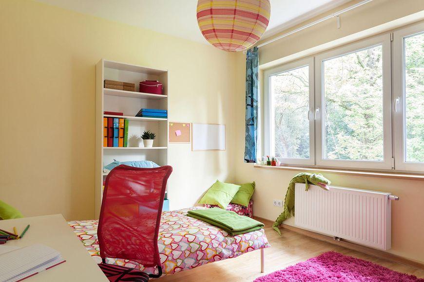 Duże okna w pokoju dziecka