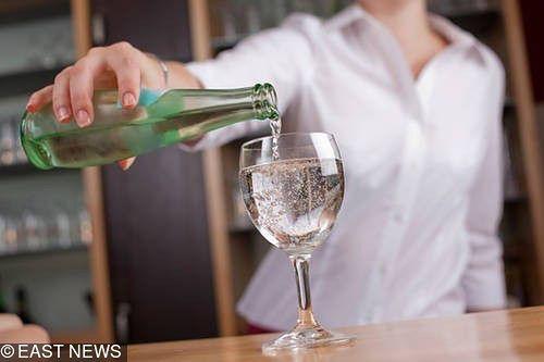 W polskich lokalach króluje woda z butelki