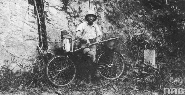 Kazimierz Nowak z ekwipunkiem przy rowerze, 1935 r.
