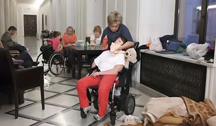 Świadczenie pielęgnacyjne dla rodzin z dzieckiem niepełnosprawnym ma wzrosnąć o 71 zł.