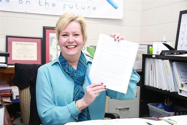Nauczycielka w Stanach Zjednoczonych przeczytała polisę do końca. Wygrała 10 tys. dolarów