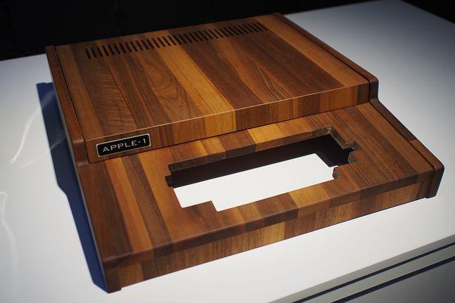 Przepiękna odtworzona obudowa Apple-1 z orzecha amerykańskiego