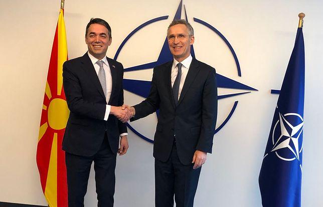 Szef macedońskiego MSZ Nikoła Dymitrow i sekretarz generalny NATO Jens Stoltenberg